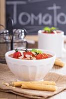 tomatsoppa med bakade tomater och brödpinnar foto