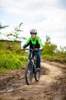 urban cykling - pojke som cyklar i staden foto