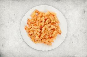 pasta med tomatsås på en tallrik