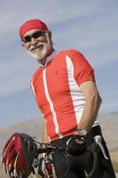 äldre man med cykel foto