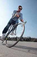 mitten av vuxen cyklist ridning cykel foto