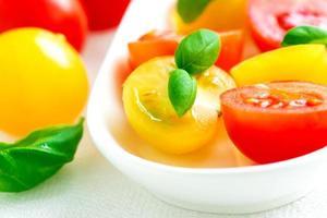 blandade färgglada röda och gula körsbärstomater foto
