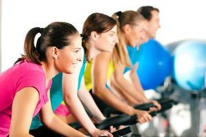 inomhuscykelcykling i gymmet foto