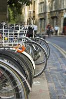 cyklar parkerade på gatan (oxford) foto