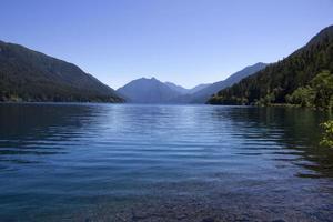 kristallklar sjö halvmåne med utsikt över bergen foto