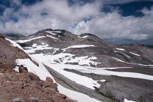 snö i höga berg foto
