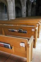 träbänkar i kyrkan. foto