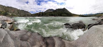 berg och den vackra stranden av en bergflod.