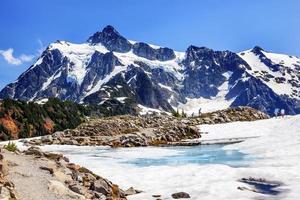 vandring mount shuksan blå snö pool konstnär punkt washington usa foto