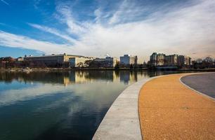 gångväg längs tidvattenbassängen, i East Potomac Park, Washington, foto