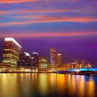 boston solnedgångshorisont på fan pier massachusetts foto