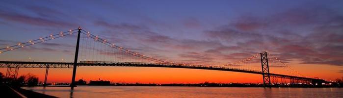 bro i skymningen foto