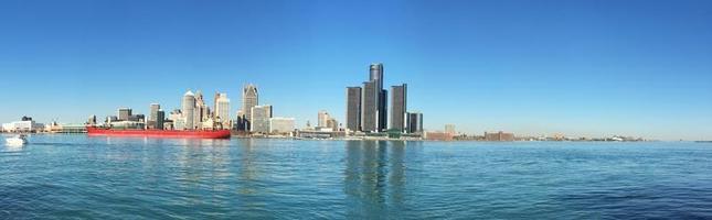 panorama över detroit, michigan skyline med fraktfartyg i förgrunden foto