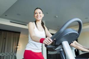 ung kvinna i gymmet foto