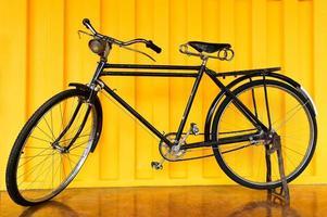 gammal vintage svart cykel foto