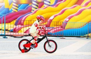 glad liten pojke på cykeln foto