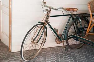 gammal cykel på gatan foto