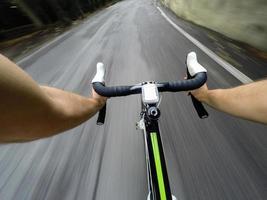 går ner med cykel på vägen. pOV foto