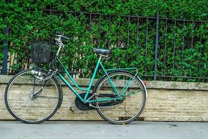 vintage cykel på en trottoar i Paris foto