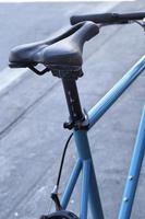 nära upp gamla cykelstol foto