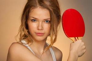 spelar ping pong foto