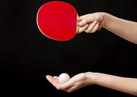 händer med racket och boll för bordtennis foto