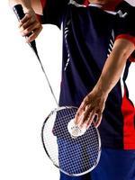 spelarens hand med racket och shuttlecock