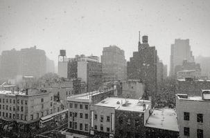 snöar i New York City foto
