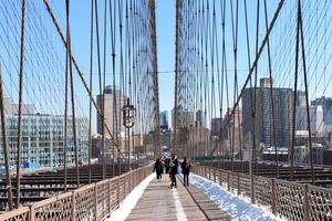 promenader på brooklyn bridge foto