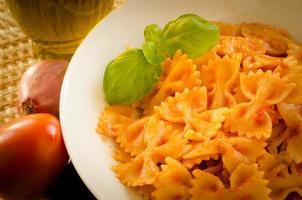 farfalle med tomatsås foto