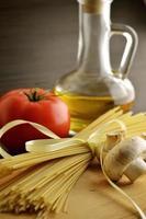 långa nudlar, svamp, tomat foto