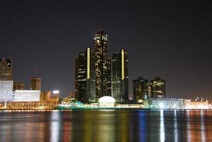 detroit skyline nattetid foto