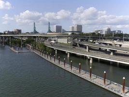 portland oregon willamette river esplanade korsar i-5 och 84 skyskrapor foto