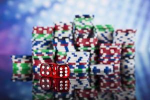 pokerchips på ett spelkoncept