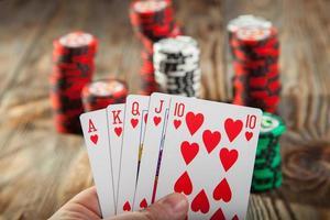 kombinationen av poker och chips foto