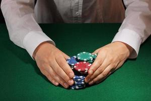 ta vinst i poker på gröna bordet foto