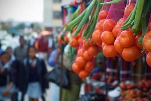 närbild av hängande produkter till försäljning på en afrikansk marknad foto
