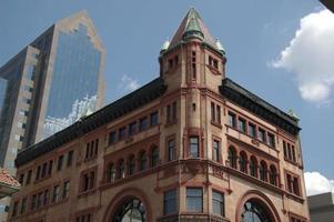 terrakotta färgad byggnad foto