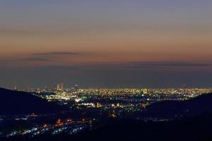 staden Nagoya i skymningen foto