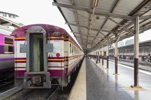 tåg vid plattformen foto