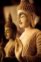 trä snidade buddha foto