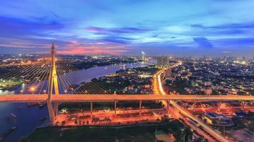 bangkok och nattlampan för floden choapraya foto