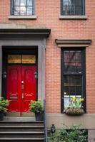 röd dörr, hyreshus, New York City foto