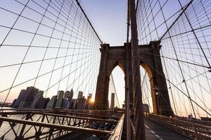 brooklyn bridge solnedgång med manhattan skyline oss foto