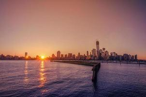 newyork stadshorisont i soluppgången foto