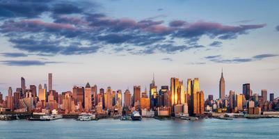 midtown manhattan skyskrapor som reflekterar ljus vid solnedgången, New York City foto