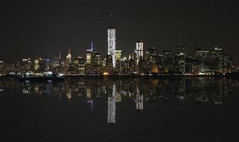 manhattan på natten, new york stadshorisont med reflektion. panorama. foto