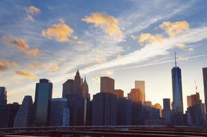 manhattan panorama på sommarsolnedgången i New York City foto