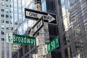 broadway street sign near time square i new york city foto