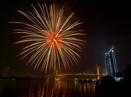 multicolor fyrverkeri natt scen, bangkok stadsbild flod utsikt,